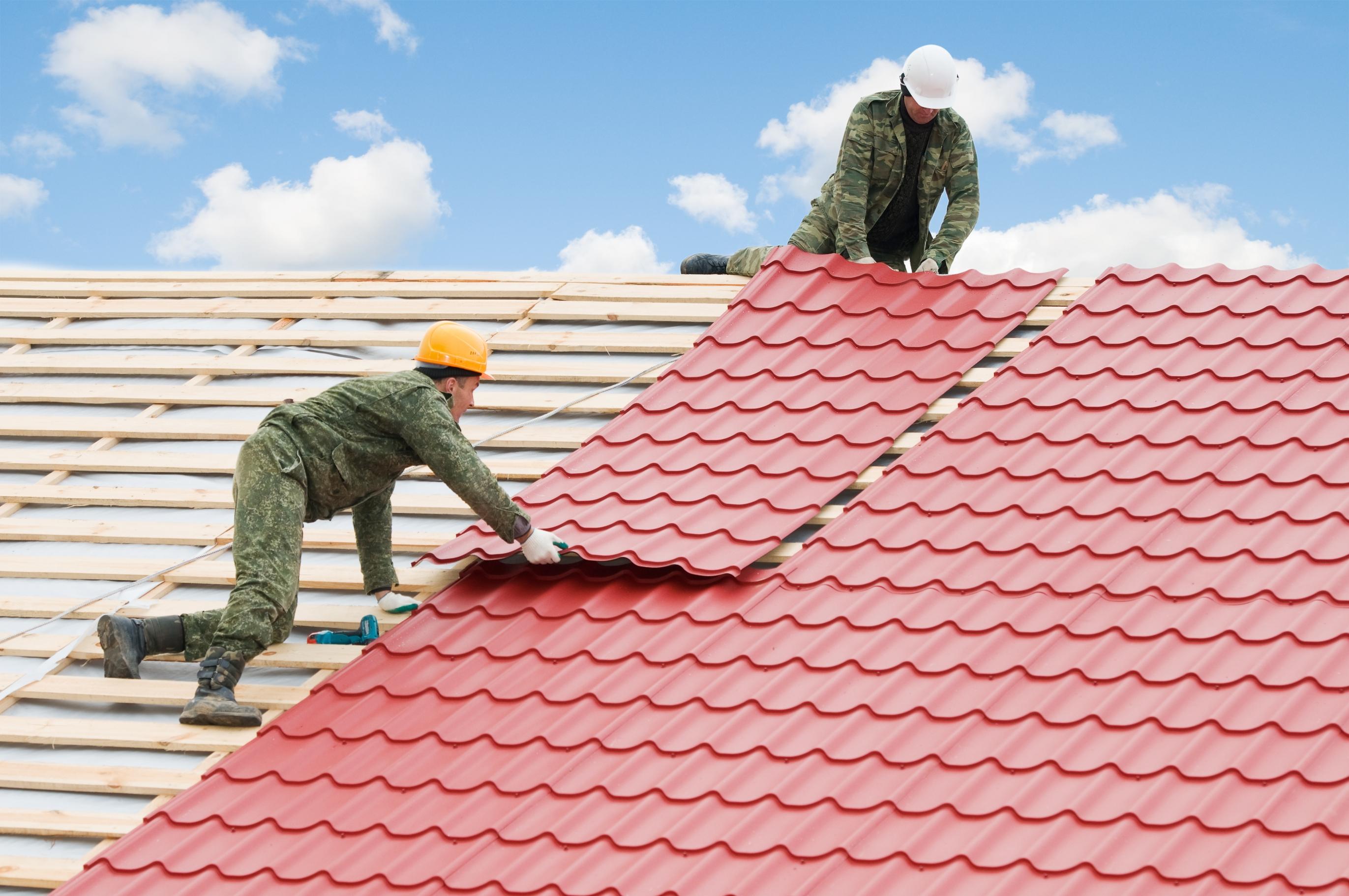 Tự sửa mái nhà chuyên nghiệp với thang nhôm rút Hakachi